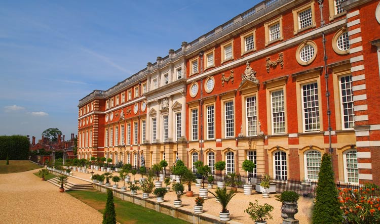Hampton Court Palace - The facade of the new construction under William and Mary